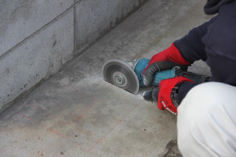 サンダーでコンクリートを切っていきます。