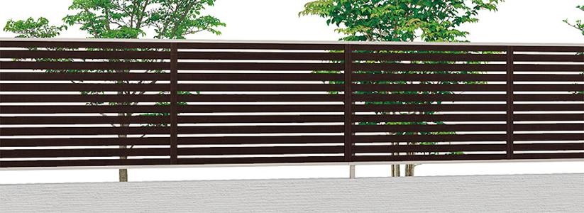 フェンスには横板の物や縦板のもの、ルーバータイプ等、様々な種類があります。