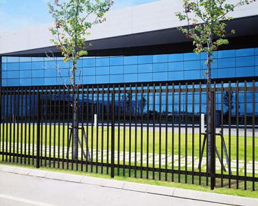 背の高いスクリーンフェンスは独立基礎で直接地面に建てます。