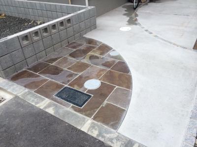 コンクリート土間とタイル仕上げの外構例。